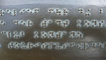Piastra metallica con scritta in Braille
